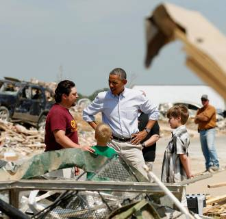 Image: President  Obama talks with Daniel Smith and his sons as he visits the tornado devastated town of Vilonia, Ark.