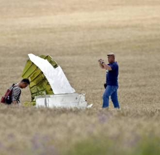 Image:Malaysian air crash investigators