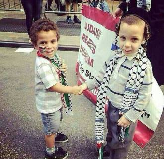 Image: A tweet of Palestinian and Jewish youths holding hands