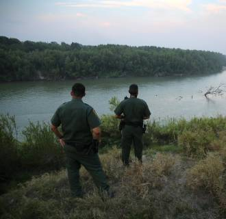 Image: U.S. Border Patrol agents look for immigrants crossing the Rio Grande from Mexico