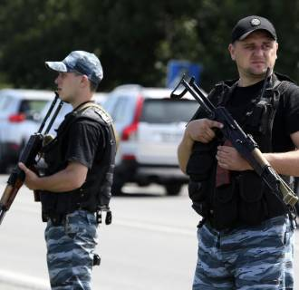 Image: Armed pro-Russian separatists stand guard on the suburbs of Shakhtarsk
