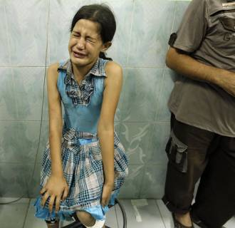 Image:A Palestinian girl, wounded in an Israeli strike on a compound housing a UN school