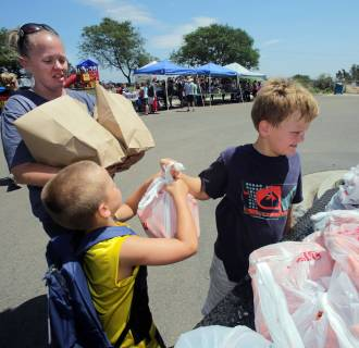 Image: Military families receive food assistance at home