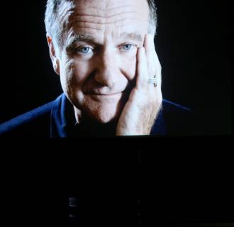 Image: An image of the late Robin Williams appears while actor/comedian Billy Crystal speaks