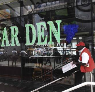 A Wall Street hedge fund has given Olive Garden some advice on how to improve profits.