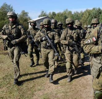 Image: Polish servicemen take part in military exercises outside the town of Yavoriv near Lviv