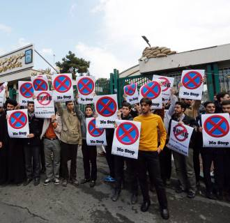Image: Protest in front of Tehran nuclear reactor