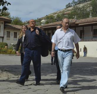 Image: Putin and Berlusconi visit the Bakhchisarai Historical Cultural and Archaeological Museum-Preserve in Crimea