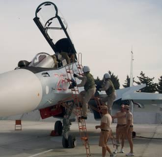 Image: Russian pilots climb to their Su-30 jet at Hemeimeem airbase, Syria