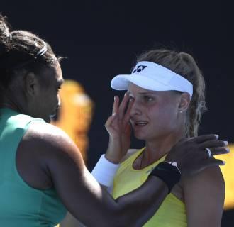 Image: Serena Williams consoles Ukraine's Dayana Yastremska