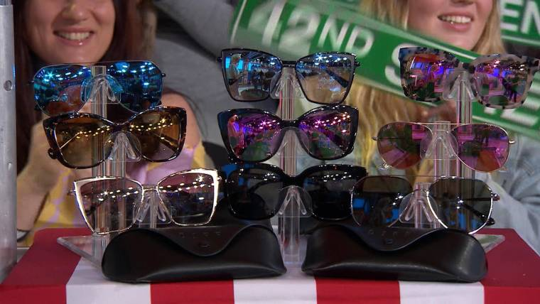 0875cc6454396 Megyn Kelly audience members receive gift cards from DIFF Eyewear