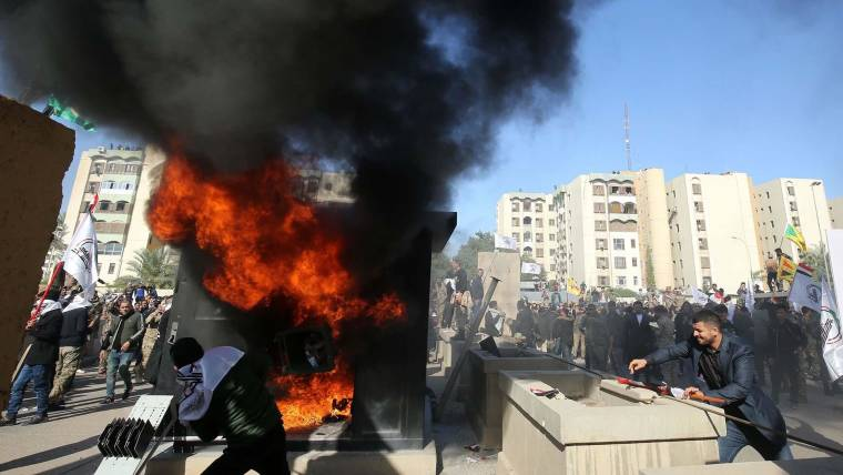 Bildergebnis für US embassy in Iraq 'stormed' by protesters angry at air strikes on militia