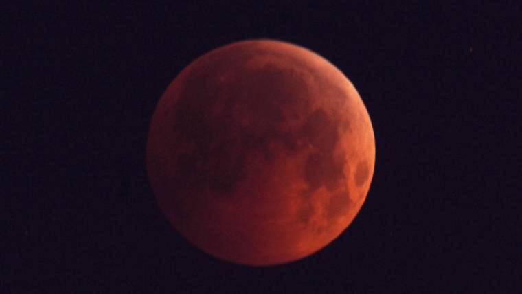 Moon-Day! Skywatchers Catch a 'Blood Moon' Eclipse and Mars